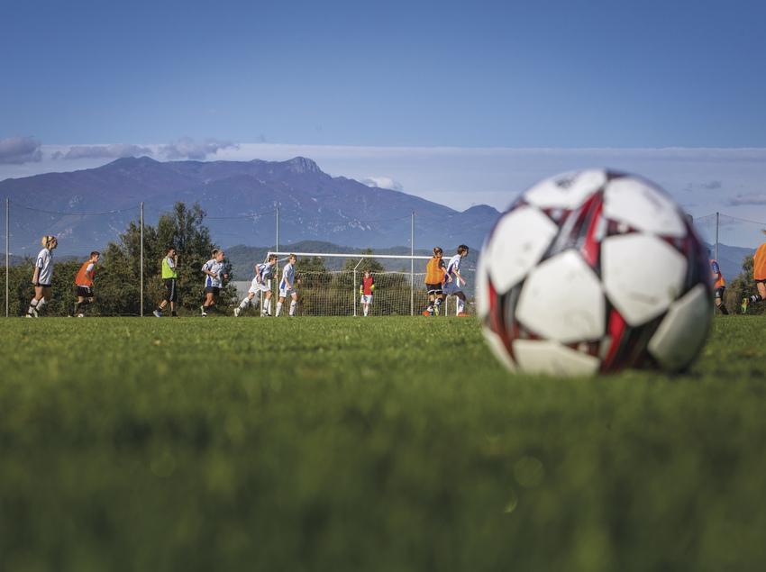 Jugadores de fútbol entrenando en las instalaciones de Top Ten Sports