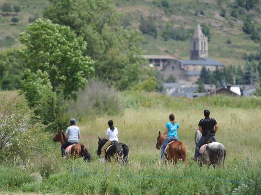 Grupo haciendo una ruta a caballo por la Cerdanya
