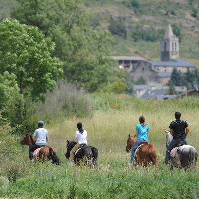 Grup fent una ruta a cavall per la Cerdanya
