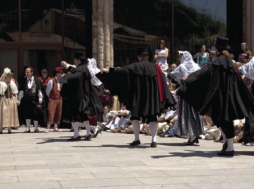 Danses durant el seguici de la Festa de la Llana i del Casament a Pagès.  (Oriol Llauradó)