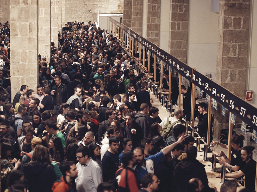 Tiradores de cerveza en el recinto de Barcelona Beer Festival.