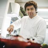 Xef de l'Hotel Barcelona Catedral explicant secrets culinaris.