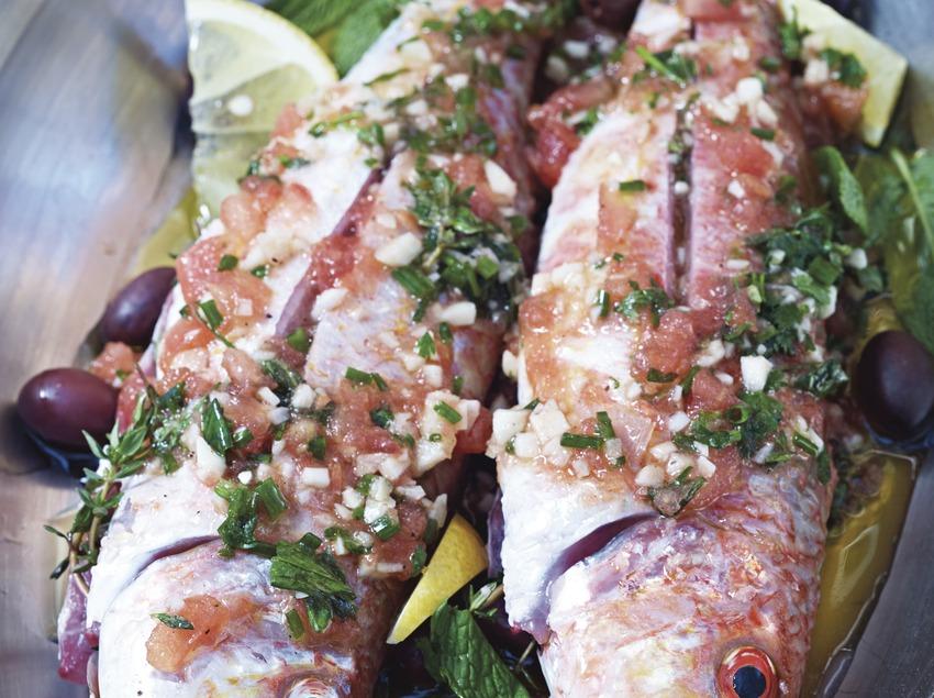 Preparació d'un plat de peix a l'hotel Gran Claustre.