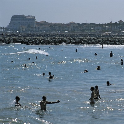 Banyistes a la platja. (Oriol Llauradó)