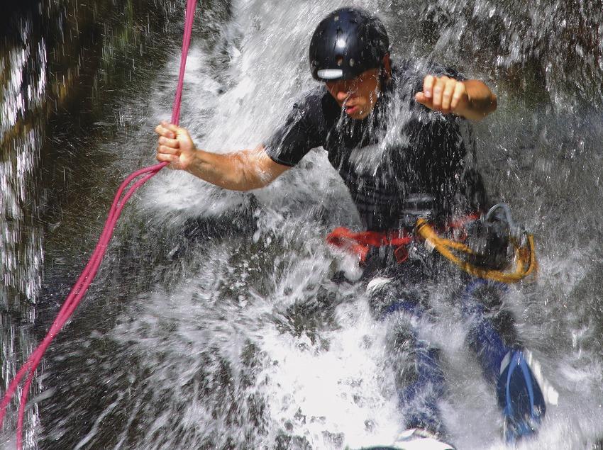 Jeune homme faisant du canyoning