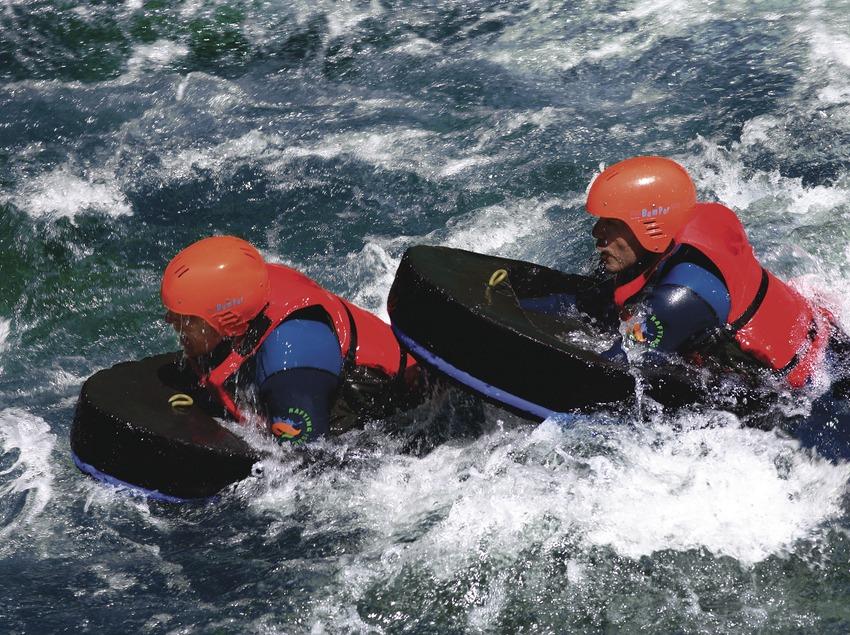 Deux jeunes faisant de l'hydrospeed sur la Noguera Pallaresa, entre Llavorsí et Rialp.