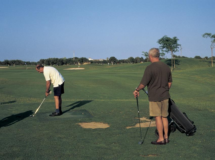 Jugadors en un camp de golf. (Oriol Llauradó)
