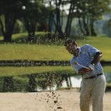 Golfeur sortant une balle du bunker.