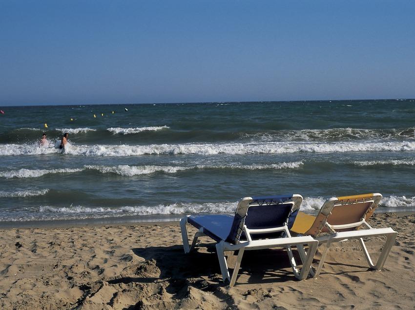 Лежаки на пляже поселка (Oriol Llauradó)