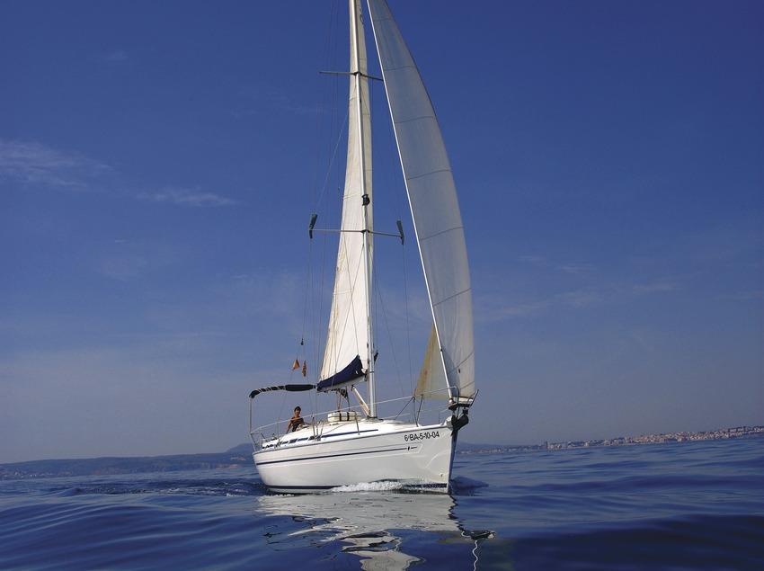 Velero navegando delante de la costa de Pals.