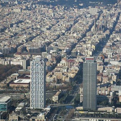 Vista de la ciutat amb la Torre MAPFRE i l'hotel Arts en primer terme. (Oriol Llauradó)