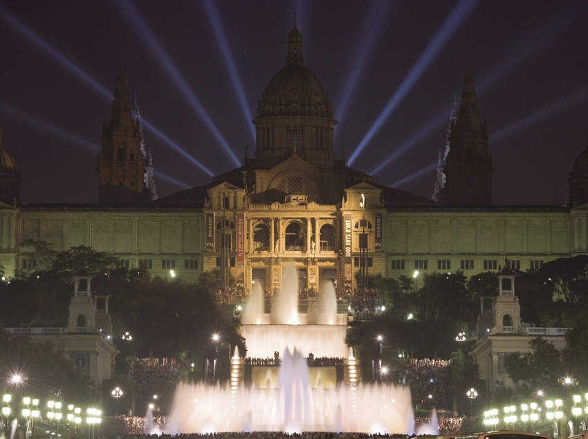 Vista nocturna del Palacio Nacional de Montjuïc, sede del Museo Nacional de Arte de Catalunya.