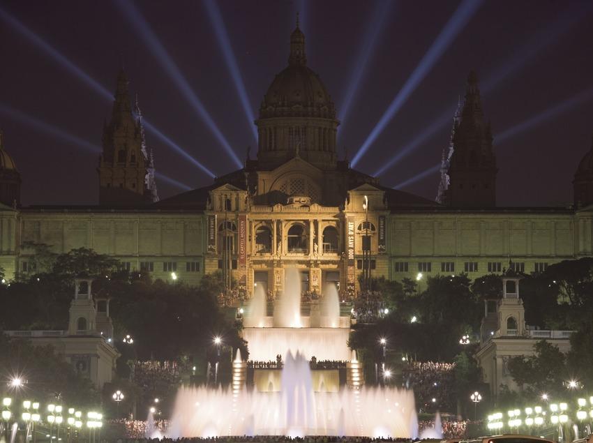 Vista nocturna del Palau Nacional de Montjuïc, seu del Museu Nacional d'Art de Catalunya.