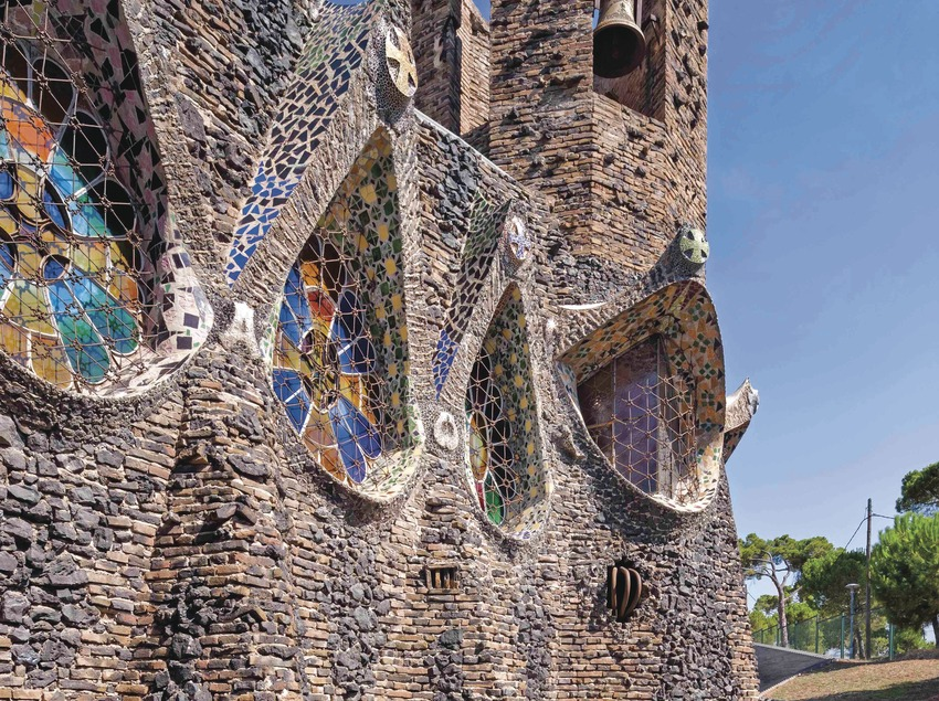 Vistas exteriores de la Cripta Gaudí de la Colonia Güell
