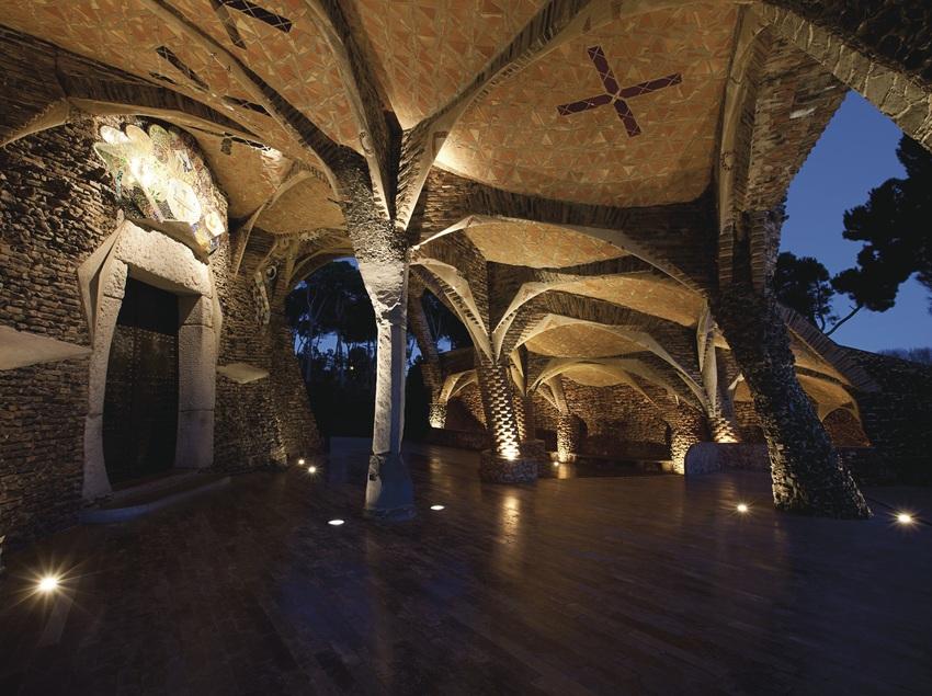 Vistas de noche de la Cripta Gaudí