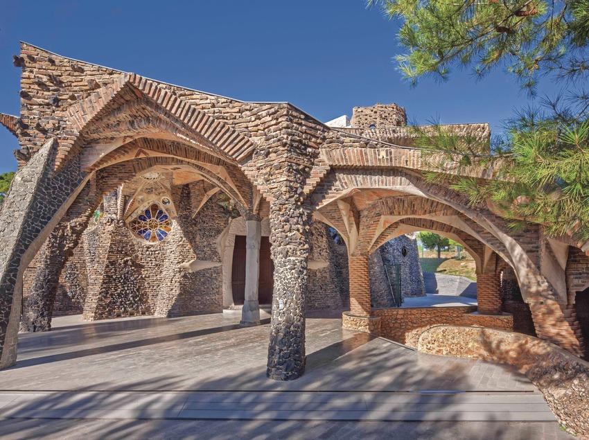 Vistas exteriores de la Cripta Gaudí de la Colònia Güell