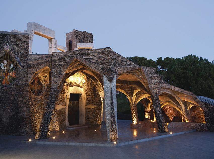 Cripta Gaudí de nit