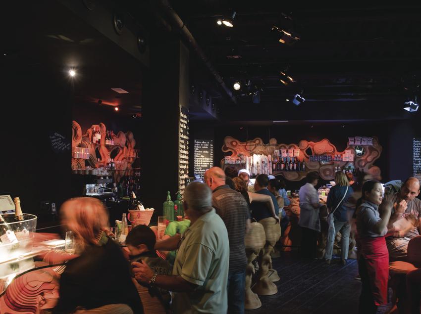 Vermuteria amb gent a l'espai gastronòmic Òpera Samfaina