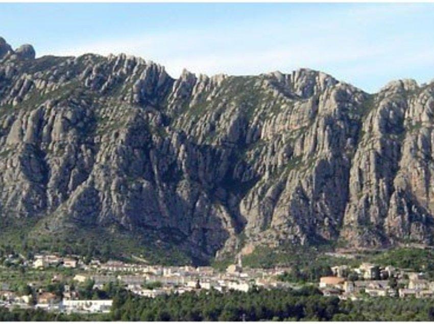 Vista general del pueblo con la montaña de Montserrat al fondo.