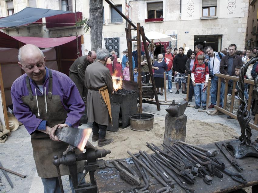 Herrero en el mercado la Semana Medieval.  (Oriol Llauradó)