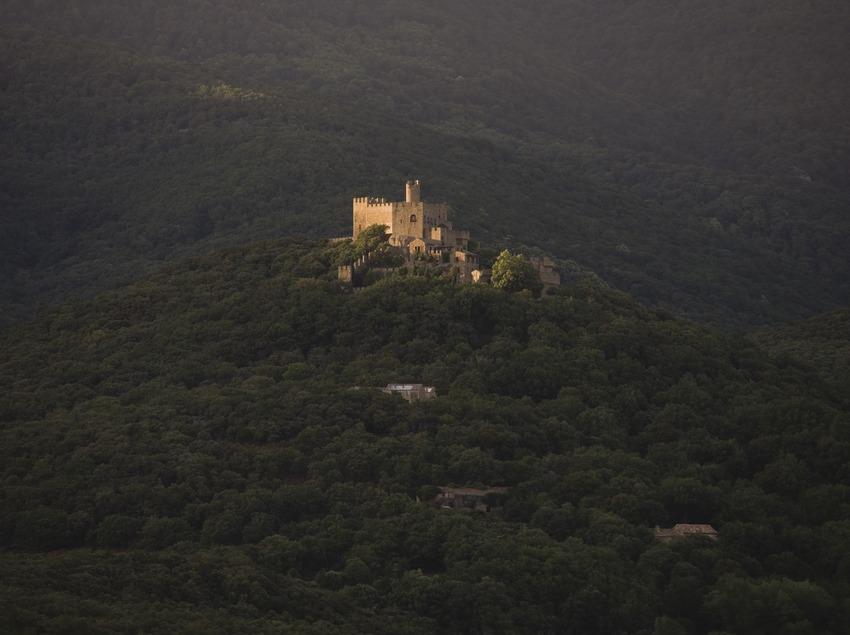 Vista nocturna del castell de Requesens.