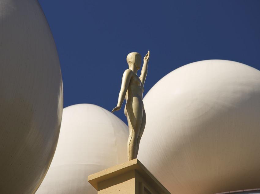 Estatua en la Torre Galatea del Teatro-Museo Dalí.  (Nano Cañas)