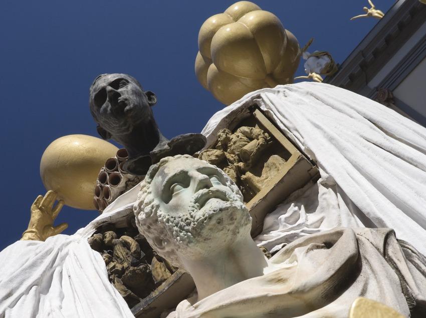 Monumento a Francesc Pujols, en la fachada del Teatro-Museo Dalí.  (Nano Cañas)