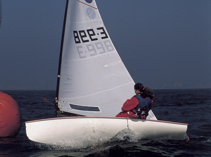 Embarcación de vela ligera (clase Europa) en una regata  (Marc Ripol)
