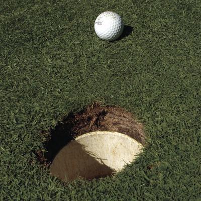 Détail du green avec la balle sur le point d'entrer dans le trou  (Marc Ripol)
