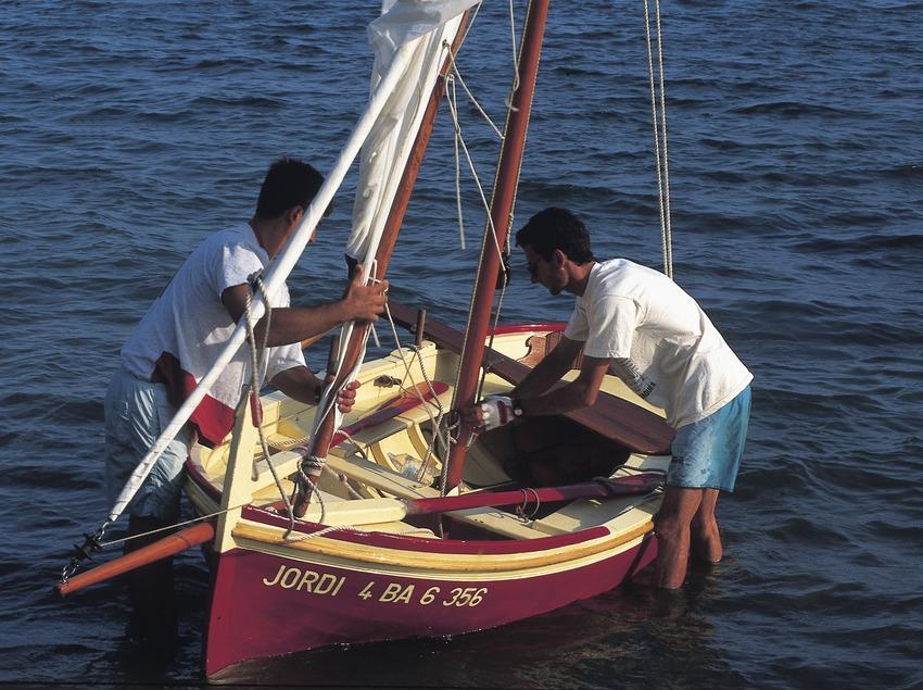 Preparing a lateen sailing boat for a trip  (Marc Ripol)