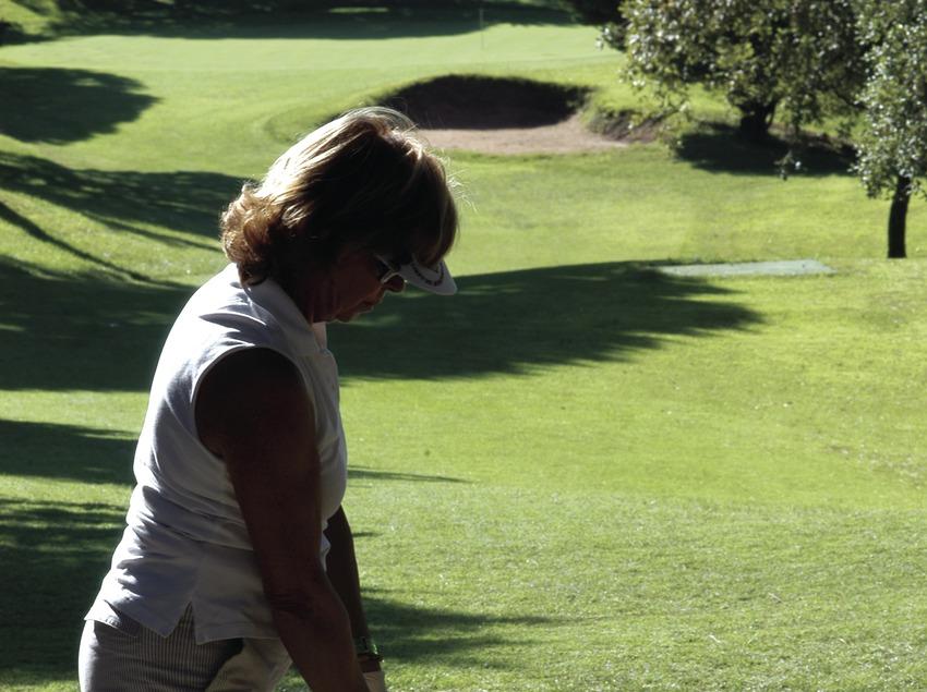 Dona jugant al golf al Club de Golf Llavaneras  (Marc Ripol)