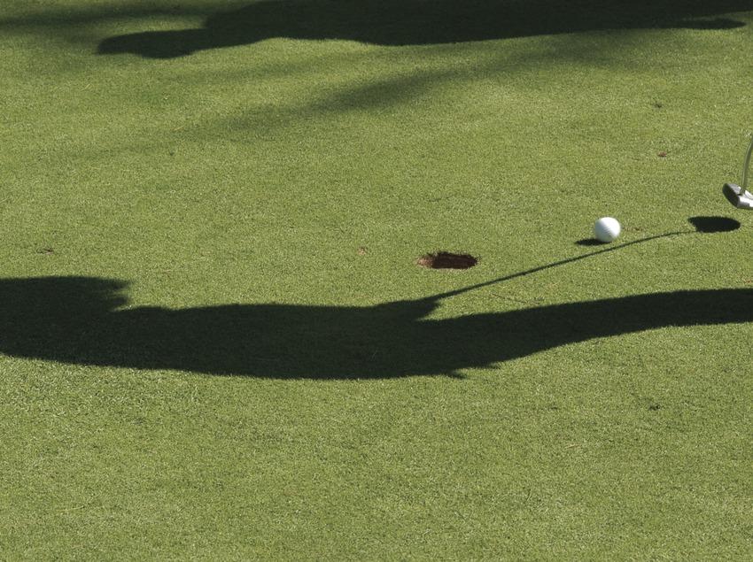 Silhouette d'une joueuse au club de golf Llavaneras