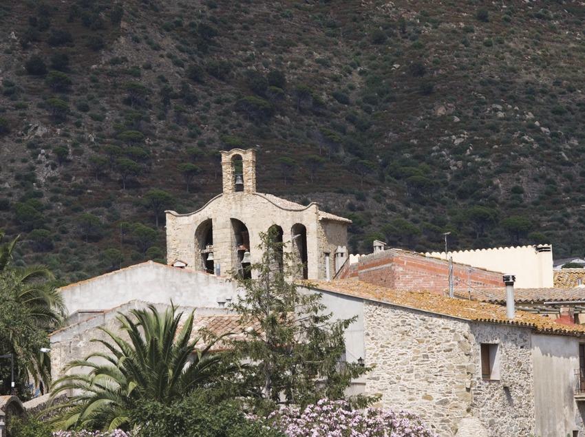 Vista de la localitat amb el campanar de l'església.