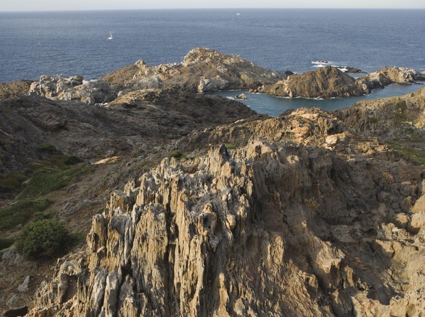 Formaciones rocosas en el litoral del Parque Natural del Cap de Creus.  (Nano Cañas)
