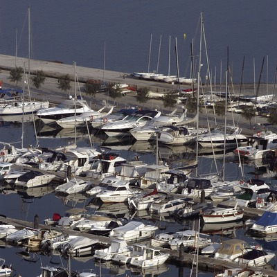 Embarcacions amarrades als pantalans del Port de Roses  (Marc Ripol)