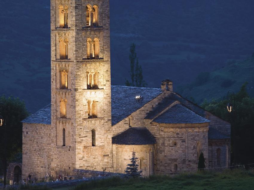 Vista nocturna de la iglesia de Sant Climent de Taüll.