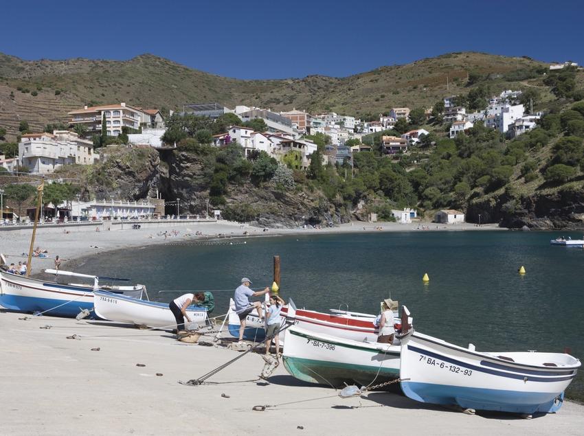 Embarcacions a una de les platges de la localitat.  (Nano Cañas)