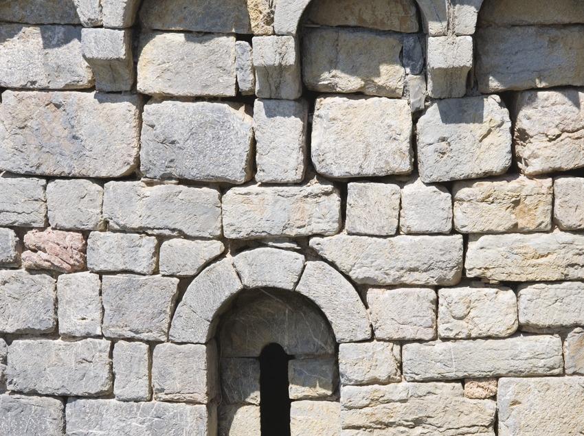 Ventana y arcos lombardos de la iglesia de Santa Maria.  (Nano Cañas)