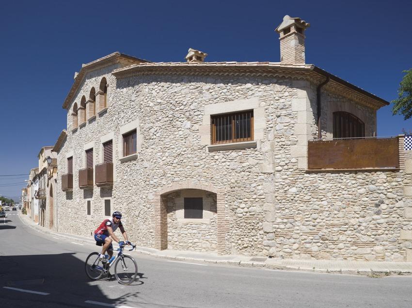 Cyclist in a local street  (Nano Cañas)