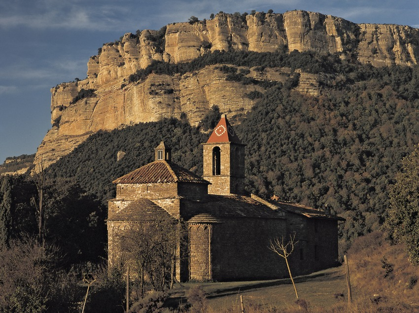Església de Sant Joan de Fàbregues, amb el cingle de Tavertet al fons.  (Kim Castells)