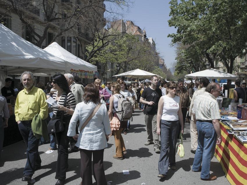 Diada de Sant Jordi a la Rambla de Catalunya.  (Oriol Llauradó)