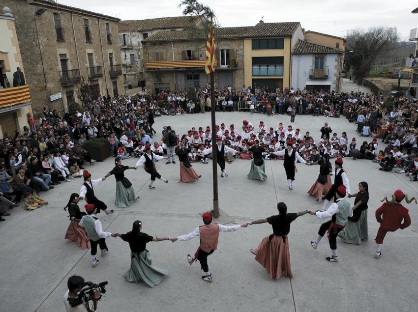 Baile del Cornut alrededor del Arbre de Maig.  (Oriol Llauradó)