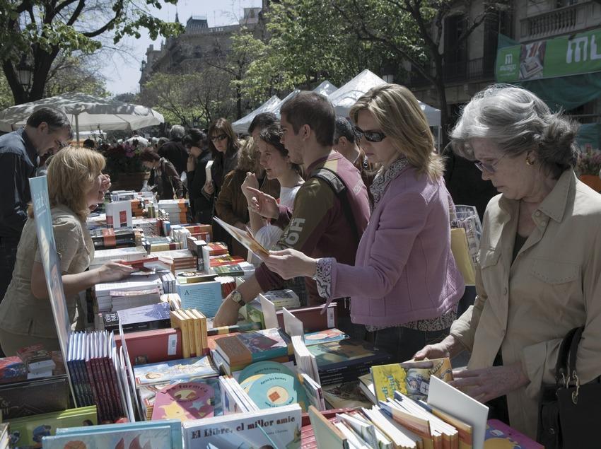 Parada de llibres el dia de Sant Jordi a la Rambla de Catalunya.  (Oriol Llauradó)