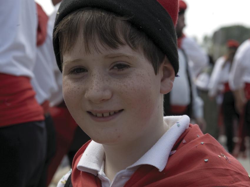 Niño con el vestido tradicional catalán en la fiesta del Arbre de Maig