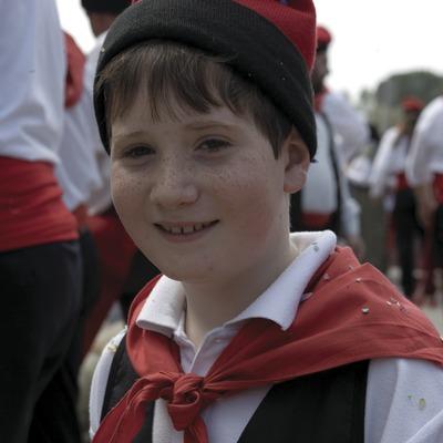 Nen amb el tradicional vestit de català a la Festa de l'Arbre de Maig