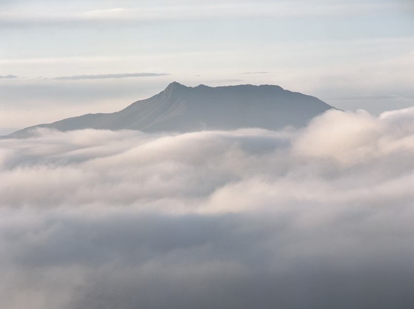 Le Turó de l'Home i les Agudes dans le brouillard  (Kim Castells)