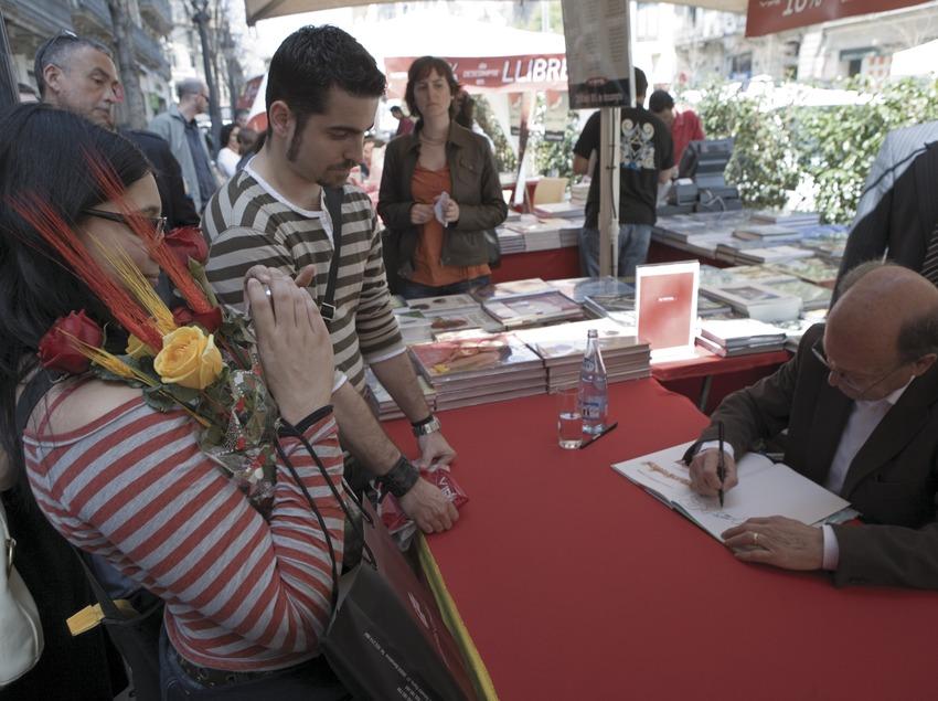 Signatura de llibres el dia de Sant Jordi.  (Oriol Llauradó)