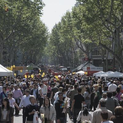 Diada de Sant Jordi a Les Rambles.  (Oriol Llauradó)
