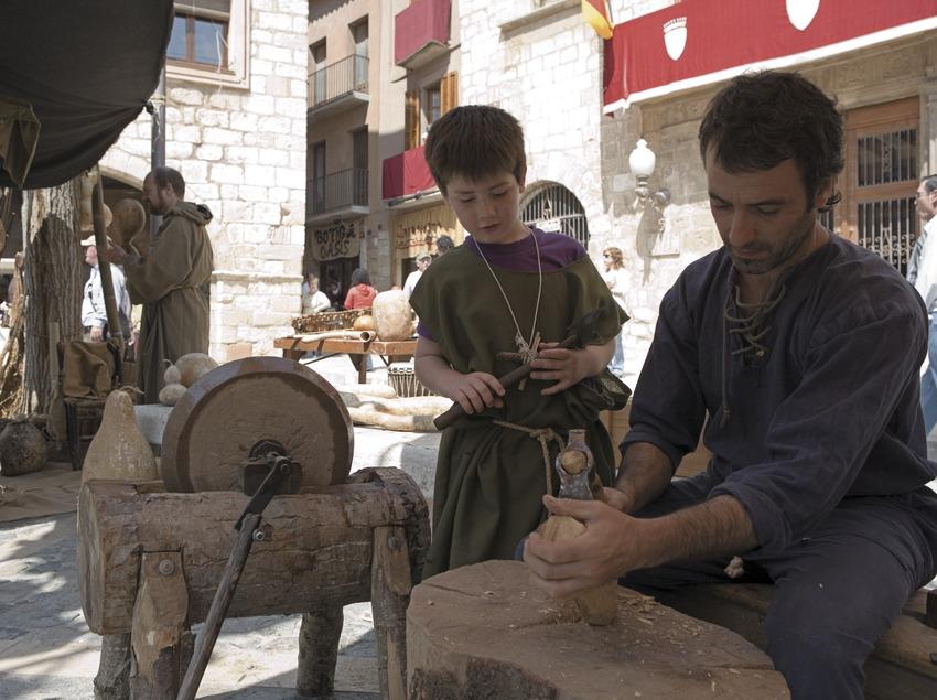 Fuster en una parada del mercat de la Setmana Medieval.