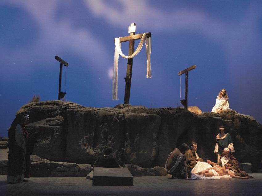 Escena del descendimiento en la representación de la Pasión.  (Oriol Llauradó)